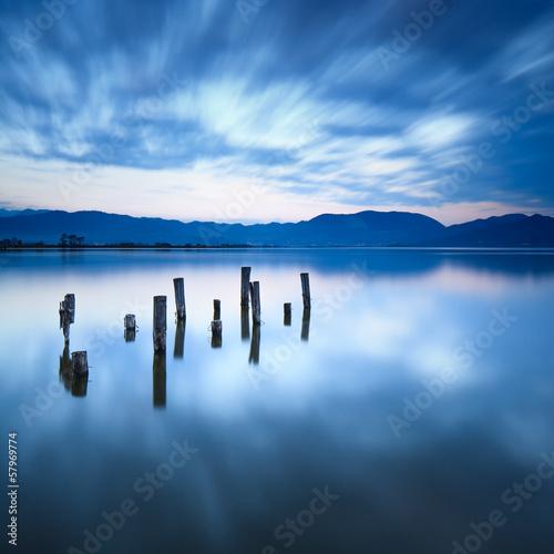 Naklejka Drewniane molo lub molo pozostaje na jeziorze. Versilia Toskania, Włochy
