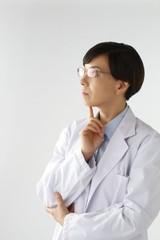 考える女医