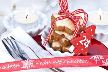 Weihnachtlich winterlich gedeckter Tisch mit Weihnachtsgruß