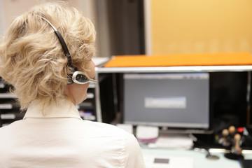Bürofrau mit Headset Kundenservice