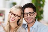 lächelndes paar mit brillen
