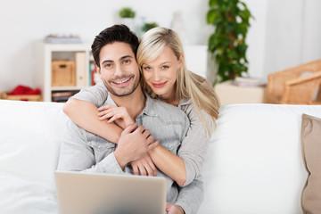 attraktives paar umarmt sich zu hause