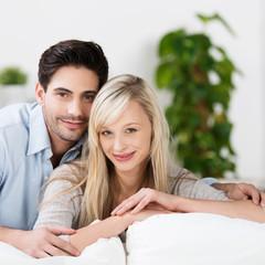 entspanntes glückliches paar