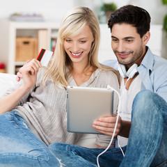 paar kauft musik im internet
