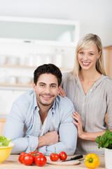 attraktives junges paar kocht zusammen