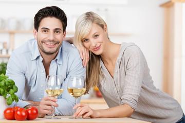 verliebtes paar trinkt wein in der küche