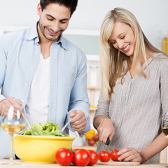 lachendes paar beim kochen