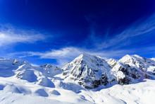 Winter in den Bergen-schneebedeckten Gipfeln der Alpen