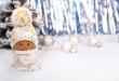 Weihnachtswichtel vor Silber Lametta