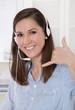 Junge lachende Frau - Arbeit im Callcenter oder Telefonverkauf