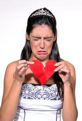 Novia triste rompiendo un corazón de papel,desamor