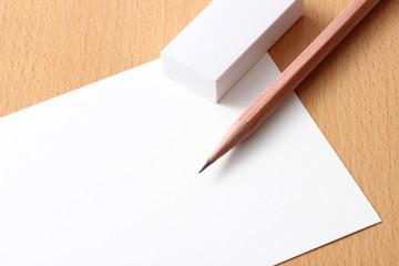 鉛筆と消しゴムと紙