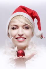 attraktive Frau im Weihnachtskostüm