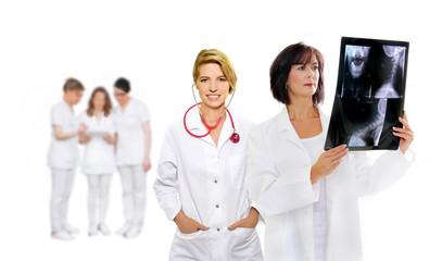 Ärzte mir Stehoskop und Röntgenbild