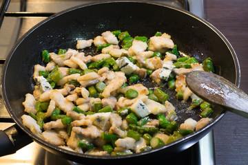 Padella con asparagi e carne