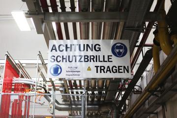 Warnhinweis in einer Fabrik