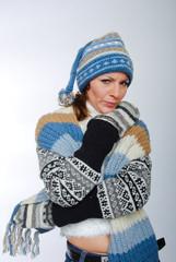Skeptische junge Frau mit Winterkleidung