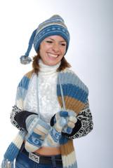 Lachende junge Frau mit Winterkleidung