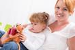 Mutter & Tochter - rote Haare, lachend am Kindergeburtstag