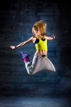 Kobieta tańczy w środowisku miejskim