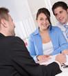 Junges Paar im Beratungsgespräch - Bank oder Versicherung