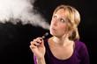 canvas print picture - Frau mit elektronische Zigarette