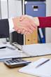 Handschlag im Büro nach Beratung