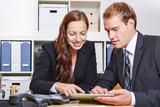 Geschäftsleute mit Tablet Computer im Büro