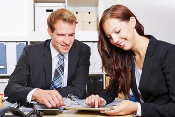 Geschäftsleute schauen auf Tablet PC