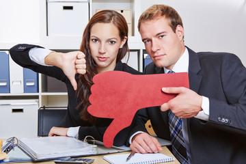 Geschäftsleute halten roten Daumen runter