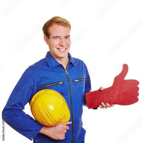 Handwerker hält großen Daumen hoch