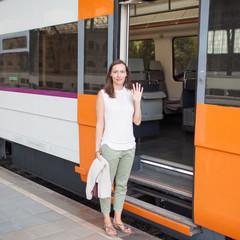 Frau steigt in die Bahn