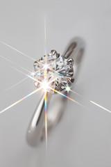 煌めくダイヤの指輪