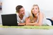 junge frau liegt beleidigt neben ihrem partner