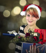Frau mit Weihnachtsgeschenken auf dem Arm