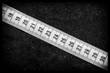 Metro da sarta su sfondo nero
