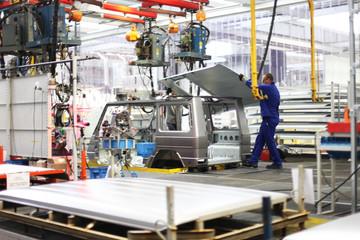 Fabrikangestellter während der Arbeit