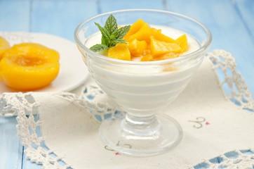 Yogur con melocoton en almibar