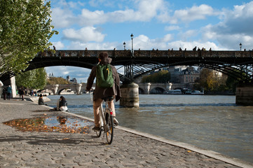 premenade en bord de Seine à Paris