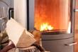 Brennholz vor einem Ofen