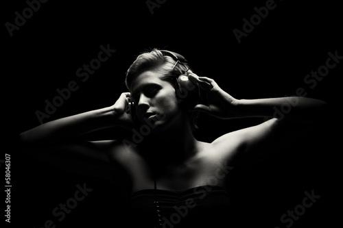 portrait einer jungen frau beim musik hören © Rob Stark