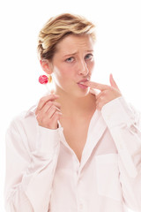 junge frau mit lutscher saugt an ihrem finger