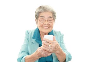 スマートフォンを持つ高齢者