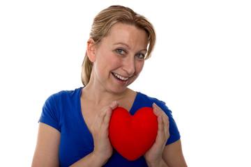 Frau hält Herz in den Haenden,Portrait