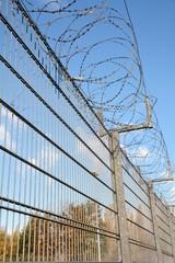 ein Zaun mit Stacheldraht