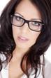 Hübsche Frau mit Brille blickt