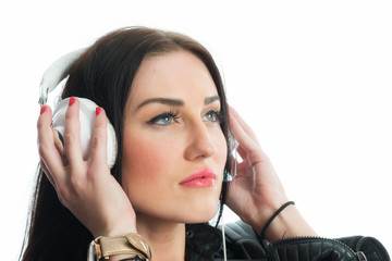 Rassige Frau mit Kopfhörer
