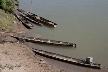 Piraguas de pesca en el río Mekong