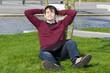 mann mit laptop entspannt im park