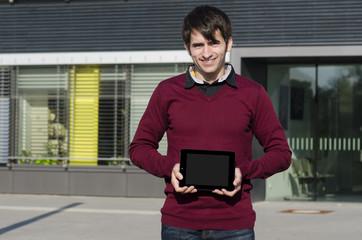 junger mann zeigt ein tablet